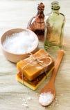 Met de hand gemaakt zeep en overzees zout Stock Foto