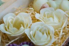 Met de hand gemaakt zeep organisch schoonheidsmiddel in vorm van rozen royalty-vrije stock foto