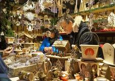 Met de hand gemaakte ambachtenverkoper bij de Kerstmismarkt Stock Foto