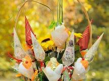 Met de hand gemaakte Bloemen op Geel Stock Afbeelding