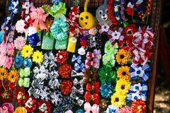 Met de hand gemaakte bloemendiehaarspelden van rode roze bloemen worden gemaakt Modieuze hand - gemaakte haarspelden van bloemen  Stock Foto's