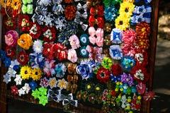 Met de hand gemaakte bloemendiehaarspelden van rode roze bloemen worden gemaakt Modieuze hand - gemaakte haarspelden van bloemen  Royalty-vrije Stock Afbeelding