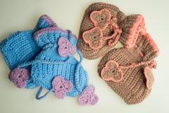 Met de hand gemaakte breiende babybuiten op wit Stock Foto