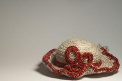 Met de hand gemaakte breiende hoedenwol op witte achtergrond Stock Afbeeldingen