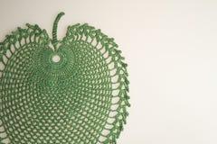 Met de hand gemaakte breiende wol op witte achtergrond Stock Afbeelding