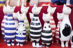 Met de hand gemaakte ceramische katten met gekleurde strepen voor verkoop op een Kerstmismarkt in Boedapest, Hongarije royalty-vrije stock fotografie