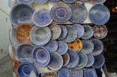 Met de hand gemaakte ceramische schotels in de markt, souk van Tunis stock afbeeldingen