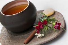 Met de hand gemaakte ceramische theekop met de bloemen van Bourgondië Stock Foto