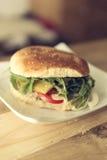 Met de hand gemaakte cheeseburger Royalty-vrije Stock Afbeeldingen