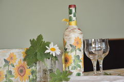 Met de hand gemaakte decoratie op een fles wijn royalty-vrije stock afbeeldingen
