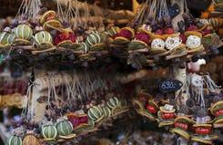Met de hand gemaakte decoratie voor verkoop op straatmarkt in Boedapest, Hongarije stock foto's