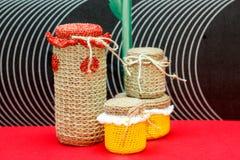 Met de hand gemaakte decoratieve die vaas, fles, kruik van wol wordt gemaakt Stock Fotografie