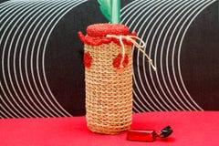 Met de hand gemaakte decoratieve die vaas, fles, kruik van wol wordt gemaakt Stock Foto