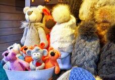 Met de hand gemaakte die beren en hoeden bij de Kerstmismarkt van Riga worden getoond Stock Foto