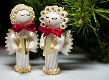 Met de hand gemaakte die carolers van Kerstmisengelen van deegwaren wordt gemaakt Stock Foto