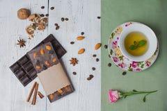 Met de hand gemaakte die chocoladereep met verschillende bessen en noten, c wordt gevuld Royalty-vrije Stock Foto