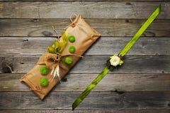 Met de hand gemaakte die gift en armband op het wapen met bloemen wordt verfraaid Stock Foto's