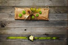 Met de hand gemaakte die gift en armband op het wapen met bloemen wordt verfraaid Royalty-vrije Stock Foto's