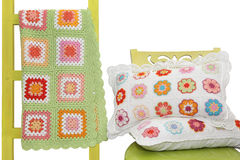 Met de hand gemaakte die hoofdkussens op de stoel en de deken over een decorat wordt gedrapeerd Royalty-vrije Stock Fotografie