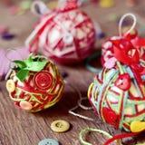 Met de hand gemaakte die Kerstmisballen, worden gemaakt met, koorden, linten en knopen Royalty-vrije Stock Foto