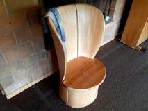Met de hand gemaakte die stoel door Noorse meubilairgiechels wordt gemaakt royalty-vrije stock fotografie