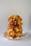 Met de hand gemaakte die traditioneel baumkuchen laagcake over brand wordt gebakken Royalty-vrije Stock Fotografie