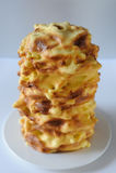 Met de hand gemaakte die traditioneel baumkuchen laagcake over brand wordt gebakken Stock Foto's