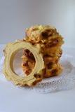 Met de hand gemaakte die traditioneel baumkuchen laagcake over brand wordt gebakken Stock Fotografie