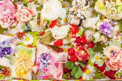 Met de hand gemaakte die zepen op een mand met bloemen wordt verfraaid Stock Fotografie