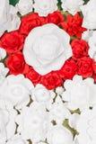 Met de hand gemaakte document bloemen op binnenland Stock Afbeeldingen