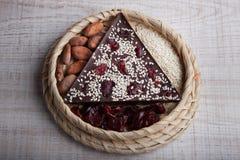 Met de hand gemaakte donkere chocolade met Amerikaanse veenbessen Royalty-vrije Stock Foto