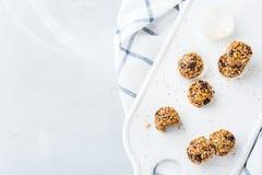 Met de hand gemaakte eiwitenergieballen, superfood gezonde snack royalty-vrije stock afbeelding