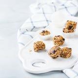 Met de hand gemaakte eiwitenergieballen, superfood gezonde snack stock foto