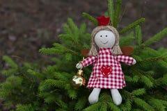 Met de hand gemaakte engelenpop op de boom Stock Afbeeldingen