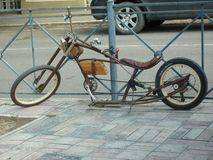 Met de hand gemaakte fiets zoals bijl op de stadsstraat Retro stijl stock foto