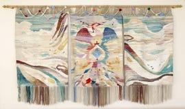 Met de hand gemaakte geborduurde muurpanelen met vogel en berg landscap Royalty-vrije Stock Afbeeldingen