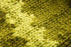 Met de hand gemaakte gebreide patroonclose-up in groen Stock Foto