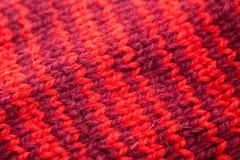 Met de hand gemaakte gebreide rode patroonclose-up Stock Foto