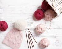 Met de hand gemaakte gebreide roze hoed met met bont pompom Stock Foto