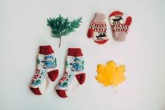 Met de hand gemaakte gebreide sokken voor het koude seizoen Mening van hierboven Vele verschillende blauwe kleurensokken Royalty-vrije Stock Fotografie