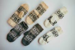 Met de hand gemaakte gebreide sokken voor het koude seizoen Mening van hierboven Vele verschillende blauwe kleurensokken Royalty-vrije Stock Foto