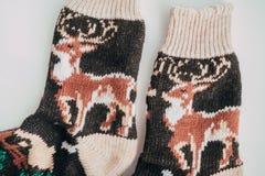 Met de hand gemaakte gebreide sokken voor het koude seizoen Mening van hierboven Vele verschillende blauwe kleurensokken Royalty-vrije Stock Afbeeldingen
