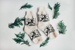 Met de hand gemaakte gebreide sokken voor het koude seizoen Mening van hierboven Vele verschillende blauwe kleurensokken Royalty-vrije Stock Afbeelding