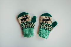 Met de hand gemaakte gebreide sokken voor het koude seizoen Mening van hierboven Vele verschillende blauwe kleurensokken Stock Foto's