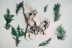 Met de hand gemaakte gebreide sokken voor het koude seizoen Mening van hierboven Vele verschillende blauwe kleurensokken Stock Afbeelding