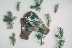 Met de hand gemaakte gebreide sokken voor het koude seizoen Mening van hierboven Vele verschillende blauwe kleurensokken Stock Foto