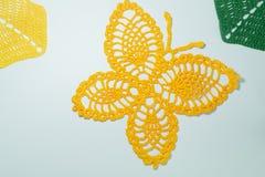 Met de hand gemaakte gebreide vlinderdeken op wit Royalty-vrije Stock Foto
