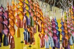 Met de hand gemaakte gekleurde die kaarsen worden gehangen om te drogen royalty-vrije stock foto