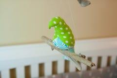 Met de hand gemaakte Genaaide Vogel Mobiel in Kinderdagverblijfzaal Royalty-vrije Stock Fotografie