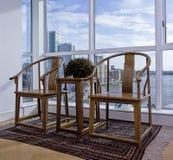 Met de hand gemaakte gesneden houten stoelen Stock Foto